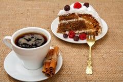 Φλιτζάνι του καφέ, κανέλα, δίκρανο και φέτα του κέικ μπισκότων με τα σμέουρα στοκ εικόνες με δικαίωμα ελεύθερης χρήσης