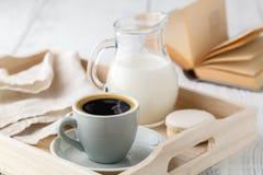 Φλιτζάνι του καφέ, κρέμα στον ξύλινο δίσκο Στοκ Εικόνες