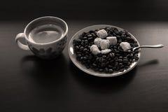 Φλιτζάνι του καφέ με τα φασόλια και τη ζάχαρη Στοκ Φωτογραφίες
