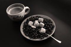 Φλιτζάνι του καφέ με τα φασόλια και τη ζάχαρη Στοκ Φωτογραφία