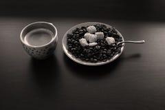 Φλιτζάνι του καφέ με τα φασόλια και τη ζάχαρη Στοκ εικόνες με δικαίωμα ελεύθερης χρήσης