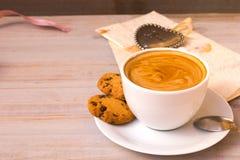 Φλιτζάνι του καφέ με τα coockees, την επιστολή αγάπης και λίγη καρδιά στο ελαφρύ ξύλινο υπόβαθρο βαλεντίνος ημέρας s Στοκ Φωτογραφία