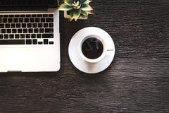 Φλιτζάνι του καφέ με την εργασία στο lap-top, πρωί για τον παλαιό ξύλινο πίνακα Στοκ φωτογραφία με δικαίωμα ελεύθερης χρήσης