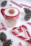 Φλιτζάνι του καφέ με την καραμέλα και τα πεύκα Χριστουγέννων μορφής καρδιών Στοκ εικόνες με δικαίωμα ελεύθερης χρήσης