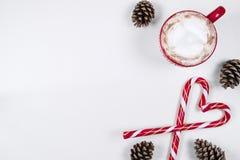 Φλιτζάνι του καφέ με την καραμέλα και τα πεύκα hristmas μορφής καρδιών Στοκ Εικόνες