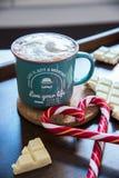 Φλιτζάνι του καφέ με την καραμέλα Χριστουγέννων μορφής καρδιών με την άσπρη σοκολάτα Στοκ Φωτογραφία