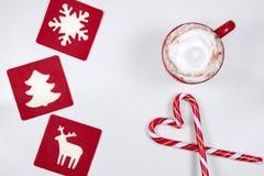 Φλιτζάνι του καφέ με την καραμέλα hristmas μορφής καρδιών Στοκ εικόνες με δικαίωμα ελεύθερης χρήσης