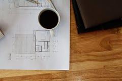 Φλιτζάνι του καφέ με το εργαλείο και το σχεδιάγραμμα μέτρησης Στοκ φωτογραφία με δικαίωμα ελεύθερης χρήσης