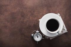 Φλιτζάνι του καφέ με το ξυπνητήρι Στοκ φωτογραφία με δικαίωμα ελεύθερης χρήσης