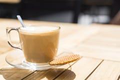 Φλιτζάνι του καφέ με το ολλανδικό μπισκότο Stroopwafel καραμέλας, στο πεζούλι στοκ εικόνες