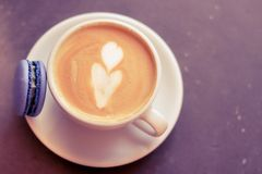 Φλιτζάνι του καφέ με macaroon στοκ φωτογραφία με δικαίωμα ελεύθερης χρήσης