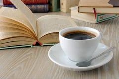 Φλιτζάνι του καφέ σε έναν πίνακα με τα βιβλία Στοκ φωτογραφίες με δικαίωμα ελεύθερης χρήσης