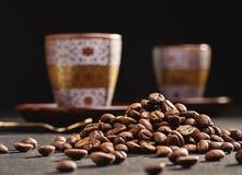 Φλιτζάνι του καφέ στην αντανάκλαση καθρεφτών, φασόλια καφέ, σκοτεινό υπόβαθρο Στοκ φωτογραφίες με δικαίωμα ελεύθερης χρήσης