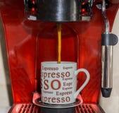 Φλιτζάνι του καφέ στη μηχανή espresso στοκ φωτογραφία
