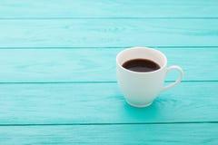 Φλιτζάνι του καφέ στον μπλε ξύλινο πίνακα Τοπ όψη Χλεύη επάνω ποτό ζεστό Εκλεκτική εστίαση διάστημα αντιγράφων Στοκ Εικόνες