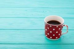 Φλιτζάνι του καφέ στον μπλε ξύλινο πίνακα Τοπ όψη Χλεύη επάνω ποτό ζεστό Ξύλινη ανασκόπηση Εκλεκτική εστίαση μαύρο τσάι Στοκ Εικόνα