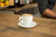 Φλιτζάνι του καφέ στο γραφείο φραγμών στο μπαρ στοκ εικόνα με δικαίωμα ελεύθερης χρήσης