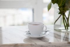 Φλιτζάνι του καφέ στο μαρμάρινο πίνακα στοκ φωτογραφία με δικαίωμα ελεύθερης χρήσης