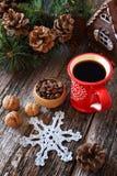 Φλιτζάνι του καφέ, φασόλια καφέ, κώνοι πεύκων και ευπρέπειες δέντρων νέος-έτους Στοκ Εικόνες
