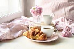 Σκηνή ζωής άνοιξη ακόμα Φλιτζάνι του καφέ, croissant ζύμη, παλαιές βιβλία και στάμνα γάλακτος Εκλεκτής ποιότητας θηλυκή ορισμένη  στοκ φωτογραφία με δικαίωμα ελεύθερης χρήσης
