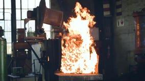 Φλογερή φλόγα που θερμαίνει επάνω τις ράβδους χάλυβα σε ένα εργοστάσιο απόθεμα βίντεο