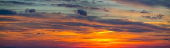 Φλογερό ηλιοβασίλεμα από την παλαιά πόλη του Μπέργκαμο στη Po κοιλάδα Ιταλία Λομβαρδία Στοκ φωτογραφία με δικαίωμα ελεύθερης χρήσης