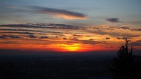 Φλογερό ηλιοβασίλεμα από την παλαιά πόλη του Μπέργκαμο στη Po κοιλάδα Ιταλία Λομβαρδία Στοκ Εικόνα