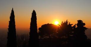 Φλογερό ηλιοβασίλεμα από την πόλη του Μπέργκαμο στη Po κοιλάδα Ιταλία Λομβαρδία Ηλιοβασίλεμα κατά τη διάρκεια της εποχής πτώσης Στοκ Εικόνα
