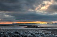Φλογερό ηλιοβασίλεμα πέρα από τον κόλπο Morecambe στοκ εικόνα με δικαίωμα ελεύθερης χρήσης