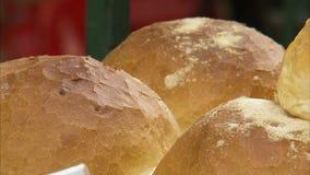 Φλοιώδες ψωμί επάνω στενό απόθεμα βίντεο