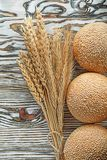 Φλοιώδης δέσμη ψωμιού των αυτιών σίκαλης στην εκλεκτής ποιότητας ξύλινη επιφάνεια στοκ εικόνες