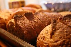 φλοιώδης ψωμιού που τεμ&alpha Στοκ εικόνα με δικαίωμα ελεύθερης χρήσης