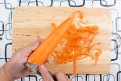 Φλούδα αρχιμαγείρων και καρότο μπριζολών Στοκ φωτογραφία με δικαίωμα ελεύθερης χρήσης