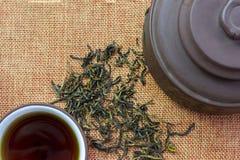 Φλυτζάνα τσαγιού με το τσάι, teapot και το κινεζικό τσάι φύλλων στοκ εικόνες με δικαίωμα ελεύθερης χρήσης