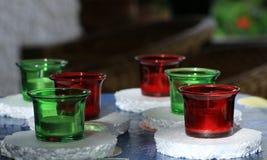 Φλυτζάνια γυαλιού με τα κεριά πισινών Στοκ εικόνες με δικαίωμα ελεύθερης χρήσης