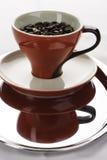 Φλυτζάνια ενός κόκκινα coffe με τα φασόλια στοκ εικόνες με δικαίωμα ελεύθερης χρήσης