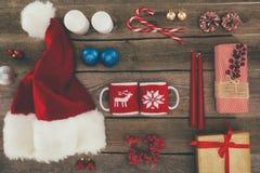 Φλυτζάνια καπέλων και καφέ Santa Στοκ Φωτογραφίες
