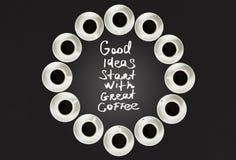 Φλυτζάνια με τον καφέ, που συσσωρεύεται σε έναν κύκλο Το ρολόι αποτελείται από είκοσι φλυτζάνια Μαύρη ανασκόπηση Χρόνος έννοιας σ Στοκ Φωτογραφία