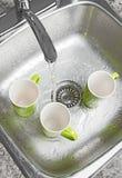 Φλυτζάνια πλύσης στην καταβόθρα κουζινών Στοκ φωτογραφίες με δικαίωμα ελεύθερης χρήσης