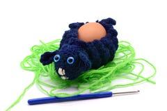 Φλυτζάνι αυγών αρνιών Πάσχας τσιγγελακιών φιαγμένο από μαλλί με το γάντζο τσιγγελακιών Στοκ Φωτογραφία