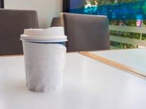 Φλυτζάνι εγγράφου του take-$l*away καφέ στον πίνακα, θέση για το κείμενό σας ο Στοκ Εικόνες