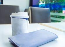 Φλυτζάνι εγγράφου του take-$l*away καφέ στον πίνακα, θέση για το κείμενό σας ο Στοκ εικόνες με δικαίωμα ελεύθερης χρήσης