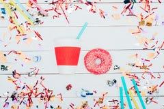 Φλυτζάνι και doughnut εγγράφου στοκ φωτογραφίες με δικαίωμα ελεύθερης χρήσης