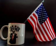 Φλυτζάνι καφέ ατού με τη μικρή σημαία της Αμερικής σε το στοκ φωτογραφία με δικαίωμα ελεύθερης χρήσης
