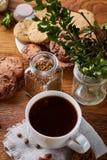 Φλυτζάνι καφέ, βάζο με τα φασόλια καφέ, μπισκότα πέρα από το αγροτικό υπόβαθρο, εκλεκτική εστίαση, κινηματογράφηση σε πρώτο πλάνο Στοκ φωτογραφία με δικαίωμα ελεύθερης χρήσης