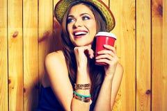 Φλυτζάνι καφέ εκμετάλλευσης γυναικών Κίτρινο καπέλο δόντια που χαμογελούν το πρότυπο Στοκ εικόνα με δικαίωμα ελεύθερης χρήσης