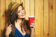 Φλυτζάνι καφέ εκμετάλλευσης γυναικών Κίτρινο καπέλο δόντια που χαμογελούν το πρότυπο Στοκ φωτογραφία με δικαίωμα ελεύθερης χρήσης