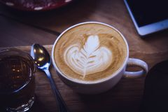 Φλυτζάνι καφέ και νόστιμο κέικ στον ξύλινο πίνακα και την κενή αναμονή εγγράφου Στοκ φωτογραφίες με δικαίωμα ελεύθερης χρήσης