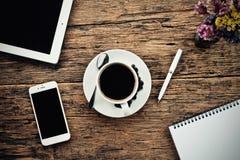 Φλυτζάνι καφέ καυτό και γραφείο μανδρών σημειωματάριων lap-top στοκ εικόνες με δικαίωμα ελεύθερης χρήσης