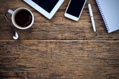 Φλυτζάνι καφέ καυτό και γραφείο μανδρών σημειωματάριων lap-top στοκ εικόνες